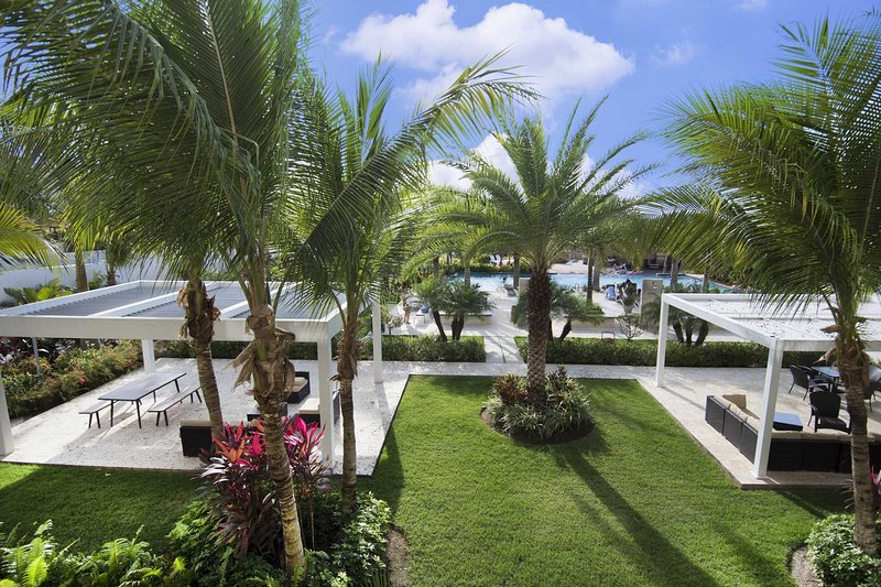 Spend a memorable holiday with up to eight families or friends embracing the Aruba weather