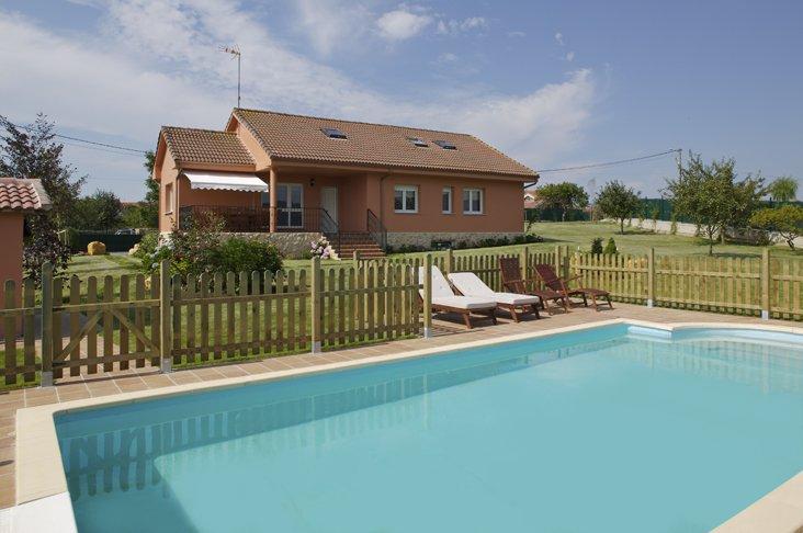 Villa Dalias - Villa de lujo con piscina, porterías, ping-pong, parque infantil, holiday rental in Villaviciosa Municipality
