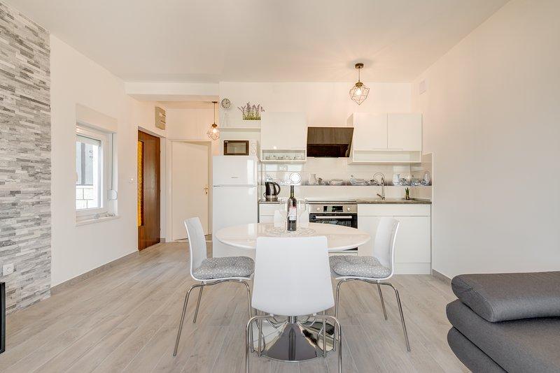 UJEVIC - Both apartments, aluguéis de temporada em Slatine