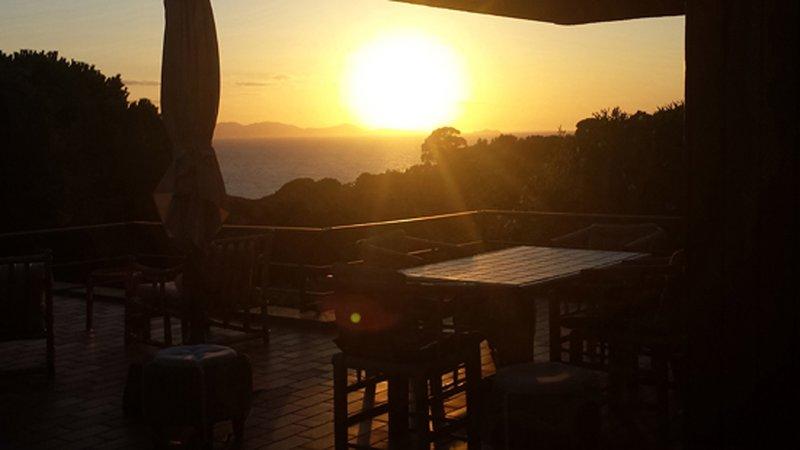 Terrazza di 90 mq sul golfo di Punta Ala, appartamento in Villa per 8 persone, location de vacances à Punta Ala