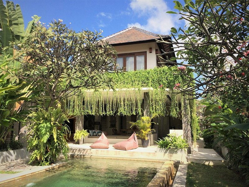 Villa de estilo moderno con bonito jardín tropical.