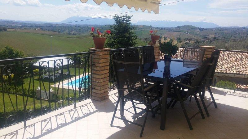 I Tre Laghi - Sant'Angelo con terrazzo e vista lago,montagna e piscina, holiday rental in Loreto Aprutino