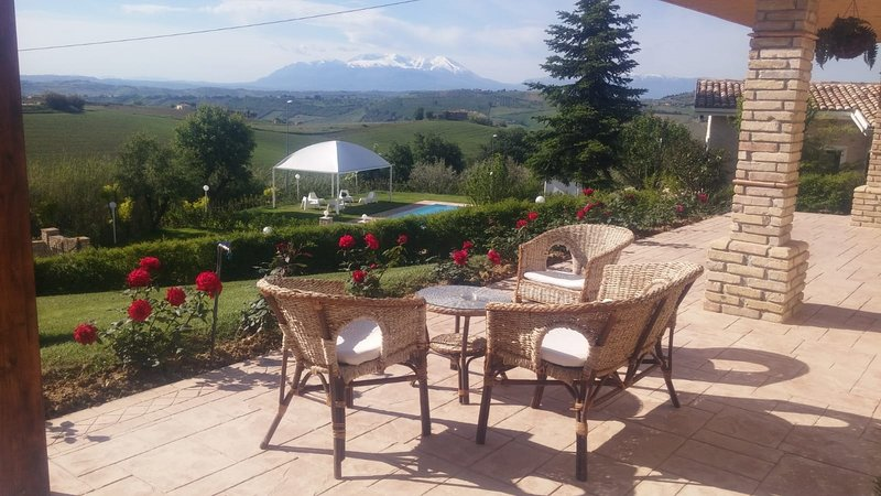 I Tre Laghi - Sant'Agnese with lake, pool and mountain view, holiday rental in Citta Sant'Angelo