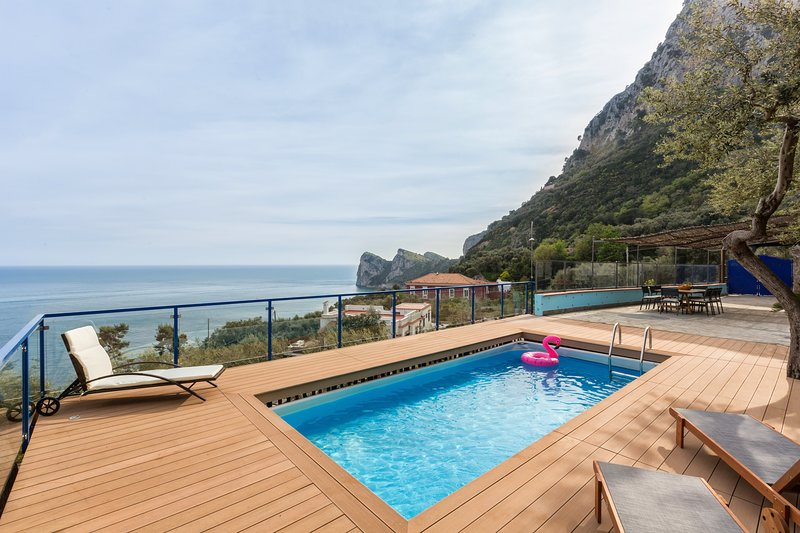 The villa offers its guests an outstanding and breathtaking view of the beautiful Marina del Cantone