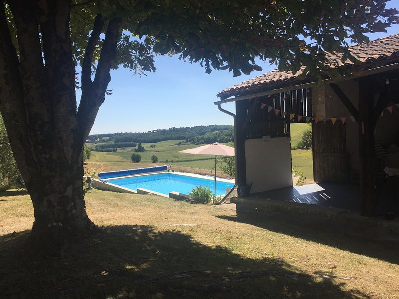 Beautiful  holiday home with heated private pool and far-reaching views, holiday rental in Parcoul