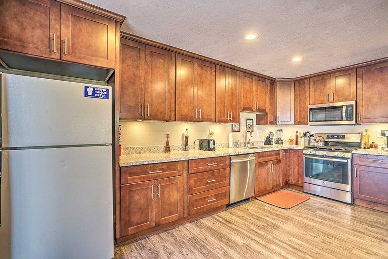 La casa ofrece 4 dormitorios, 2 baños y más de 1,500 pies cuadrados de espacio habitable