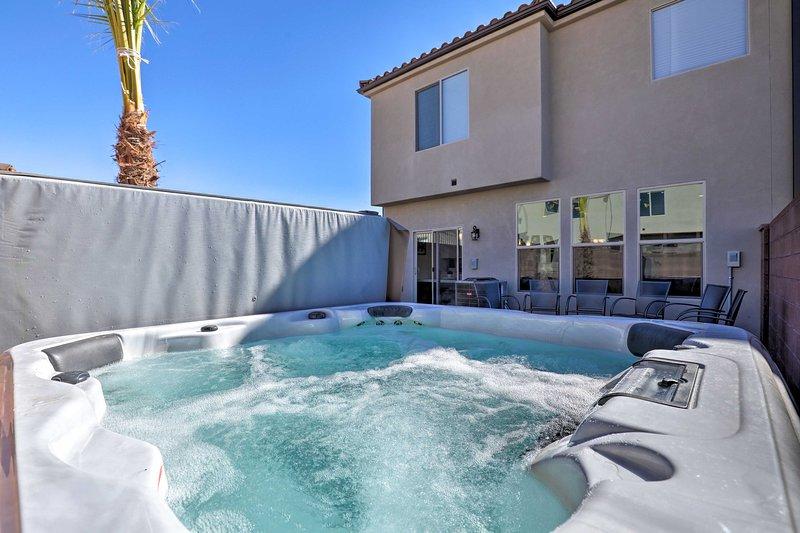 Disfrute de las comodidades modernas del alquiler de vacaciones, como una bañera de hidromasaje y fogata.