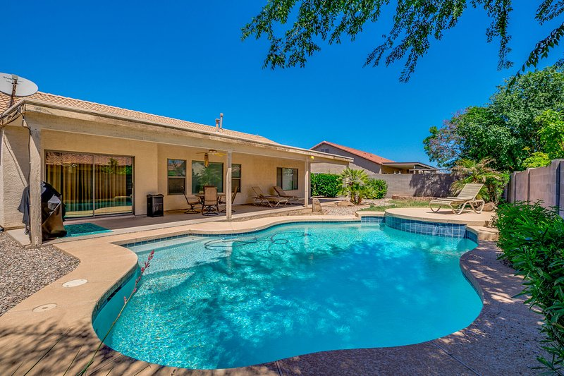 Queen Creek Pool Home! Super Neighborhood close to Marketplace! 30 Night Minimum, location de vacances à San Tan Valley