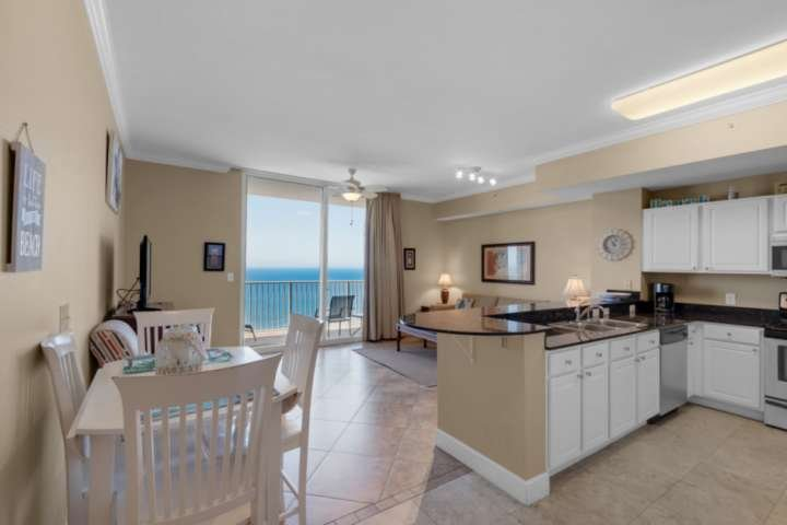 Beautiful gulf front unit less than 1 Mile to Pier Park, Free Activity Pass, Bun, holiday rental in Panama City Beach