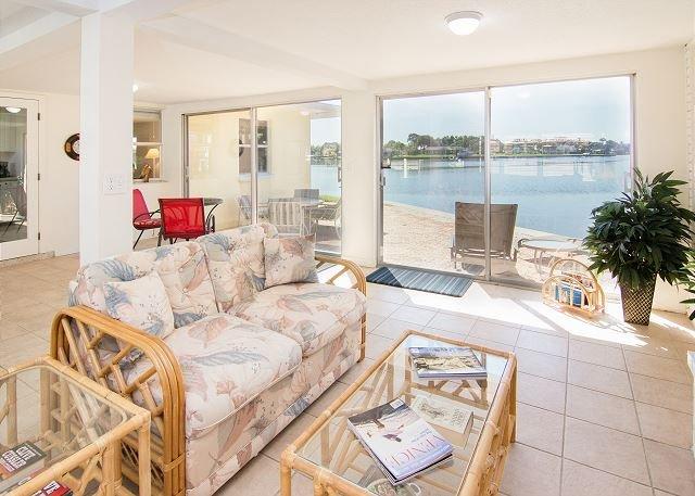 Pet-Friendly House w/ Dock on Bay - Walk to Nokomis Beach & Casey Key, aluguéis de temporada em Nokomis