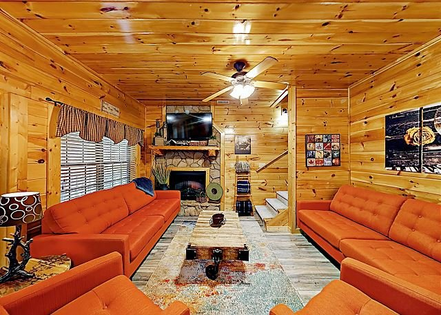 Cabin Hideaway: Hot Tub, Sauna, Game Room, 8 Miles to Dollywood & Gatlinburg, vacation rental in Sevierville