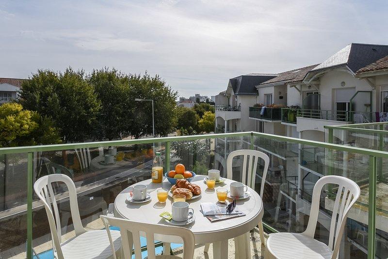 Profitez de l'air frais sur le patio ou le balcon. Les vues varient.