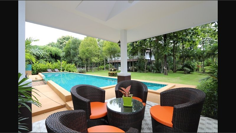 Magnifique maison de style Lanna, holiday rental in San Sai