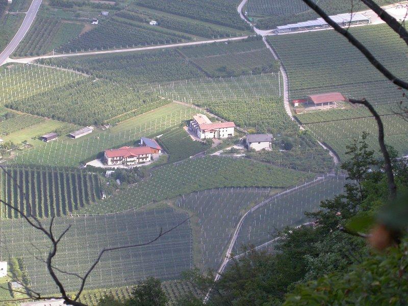 Splendido monolocale con ampia loggia ad est, location de vacances à Lasino