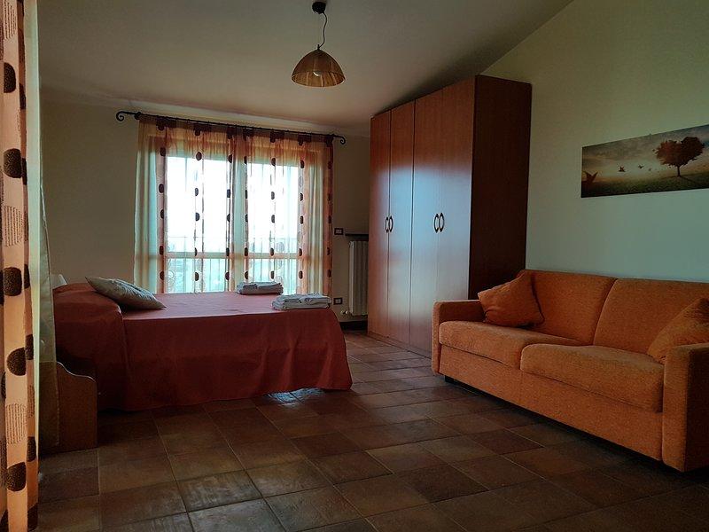 B&B Villa Sole - Camera Girasole(1 matrimoniale + 2 letti), holiday rental in Stella di Monsampolo