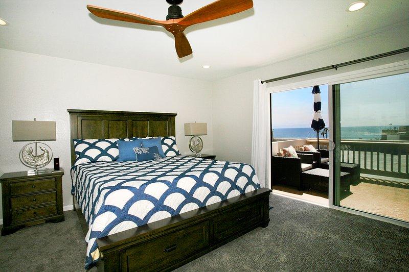 El dormitorio principal tiene un altavoz bluetooth y la cama tiene puertos HDMI incorporados