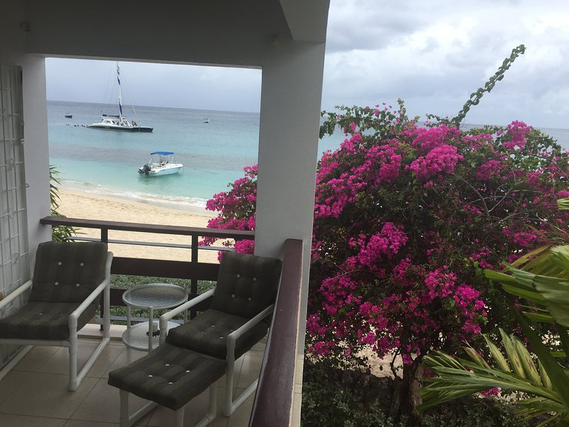 Condo #1 Palm Beach Holetown, Barbados Beachfront Condo with a spectacular view, location de vacances à Saint-James
