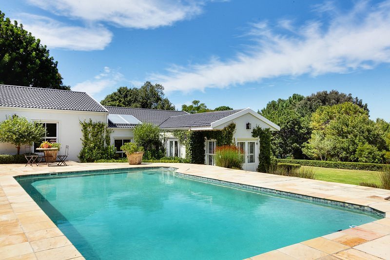 Beautiful 5 bedroom Constantia house, holiday rental in Bishopscourt