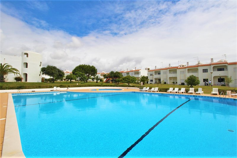 Apartment with swimming pool, aluguéis de temporada em Porches