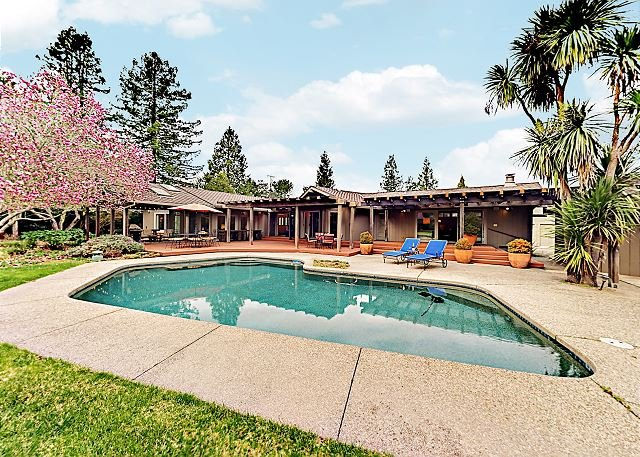 Luxurious Home w/ Fireplace, Pool & Piano - Near Best Wineries, location de vacances à Santa Rosa