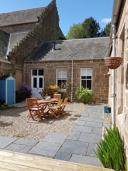 Beautiful Cottage On 1 level, pets welcome. Discount avail. for single couples, location de vacances à Abernyte