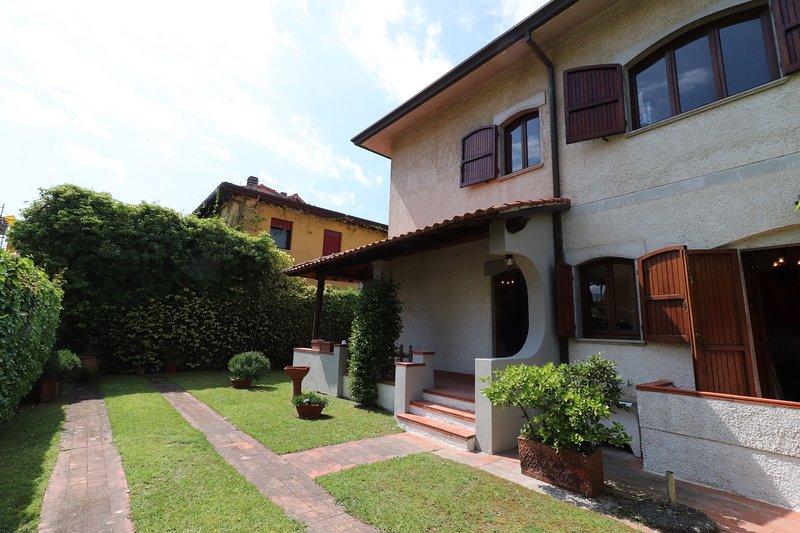 Villa 100mt from sand beach with private parking, location de vacances à Lido Di Camaiore