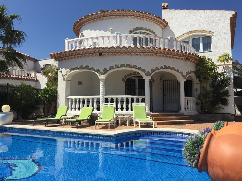 LARGE INDIVIDUAL VILLA, PRIVATE POOL & HOT TUB IN MIAMI PLAYA, vacation rental in Miami Platja