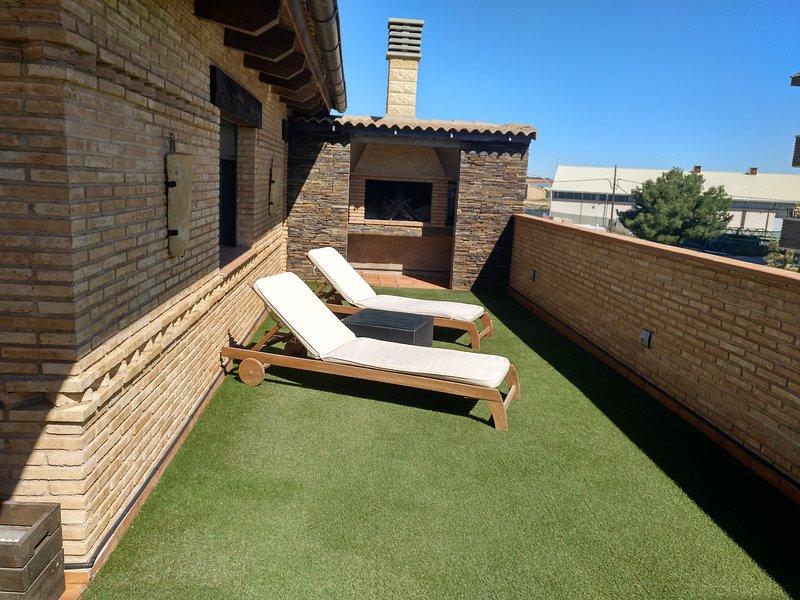 Buhardilla rústica con terraza y barbacoa, aluguéis de temporada em Valdealgorfa
