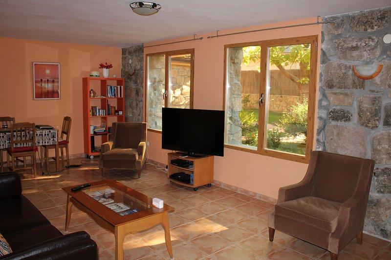 Bonito apartamento independiente en planta baja de chalet, holiday rental in Colmenarejo