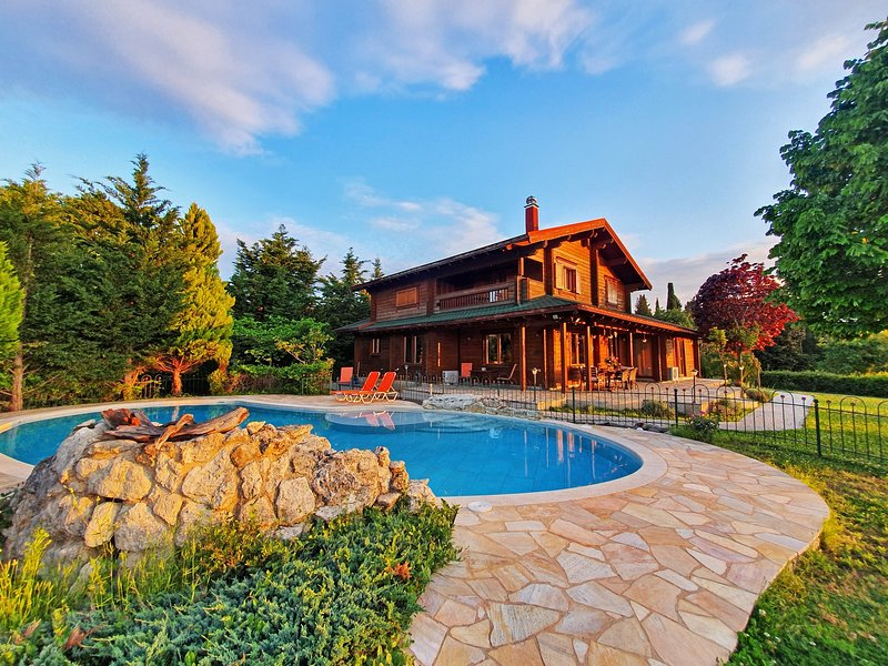 Luxury Wooden Villa with Pool, The Nest, location de vacances à Poulades