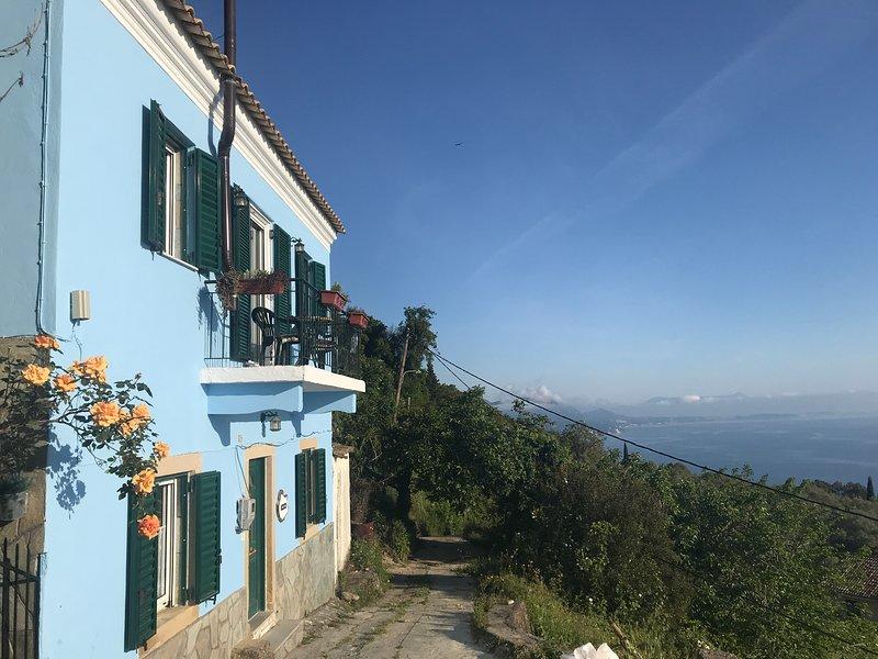 Theea Cottage, Historic Chlomos, Sea Views and Terrace, alquiler de vacaciones en Chlomos