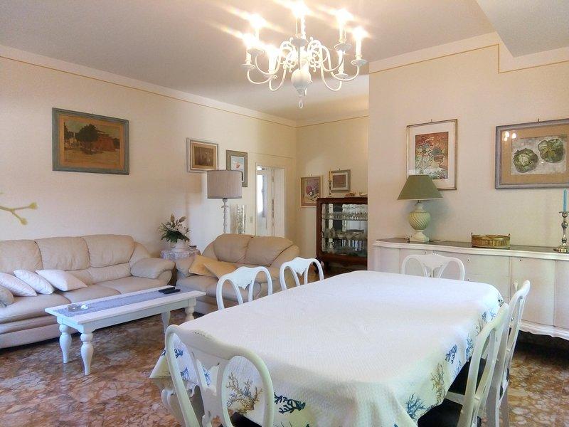 IN CENTRO A FORTE DEI MARMI 3 matrimoniali 2 bagni ospiti 6, location de vacances à Forte Dei Marmi