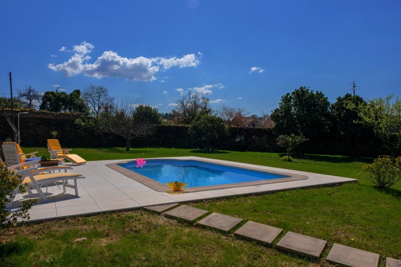 Traditional house, private pool and garden, 9km to the beach, holiday rental in Caldas de Sao Jorge