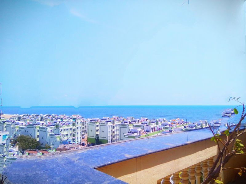 Airport Pick Up/Drop Free Penthouse Bang On The Beach, holiday rental in Chennai District