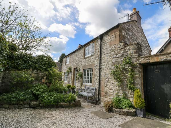 ROSE COTTAGE, Two double bedrooms, open fire, off road parking, Ref 951123, holiday rental in Ashford-in-the-Water