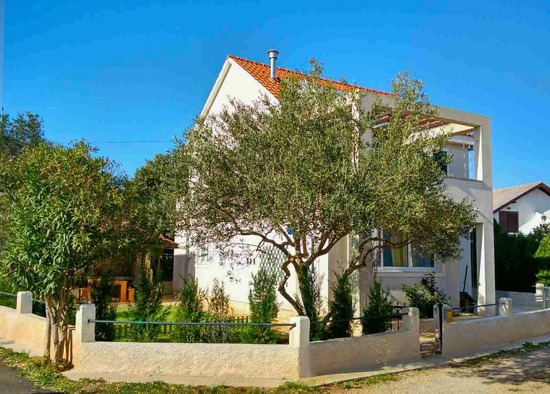 Maslina Tree House - Superb apartment with garden close to the sea, aluguéis de temporada em Stari Grad
