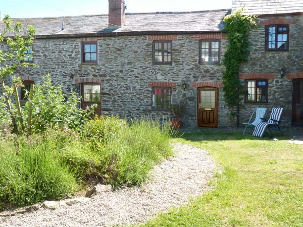 VAULT COTTAGE, woodburning stove, beach 10 mins walk, great base for walking, holiday rental in Grampound