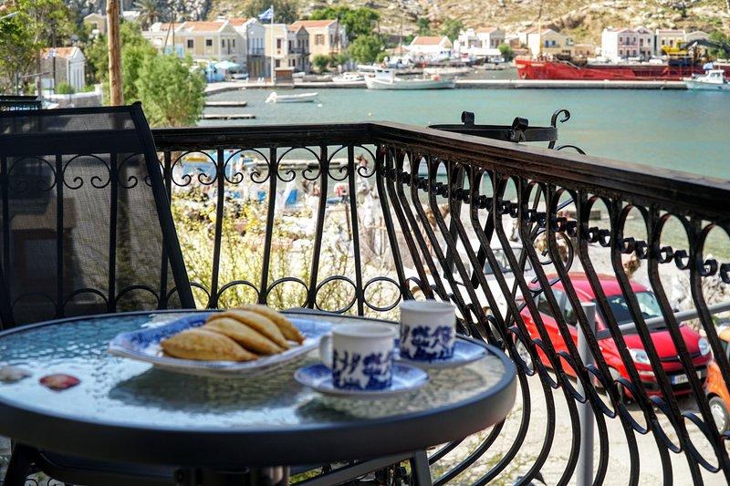 Πολυτελές σπίτι πάνω στο κύμα! Ιδανική επιλογή για τους λάτρεις της θάλασσας!, holiday rental in Symi