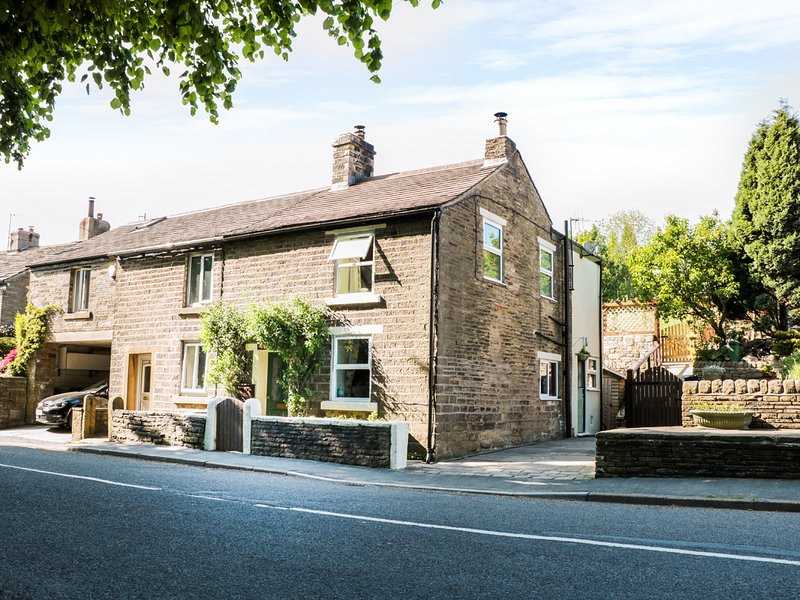 ROSE COTTAGE, traditional stone cottage, stunning views of Peak District, WIFI, casa vacanza a Sparrowpit