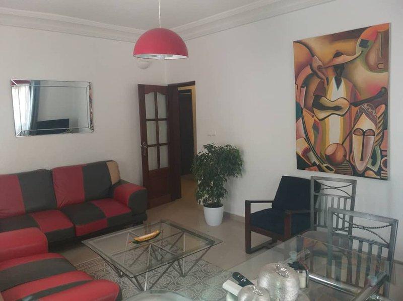 Sala de estar amplia y luminosa.