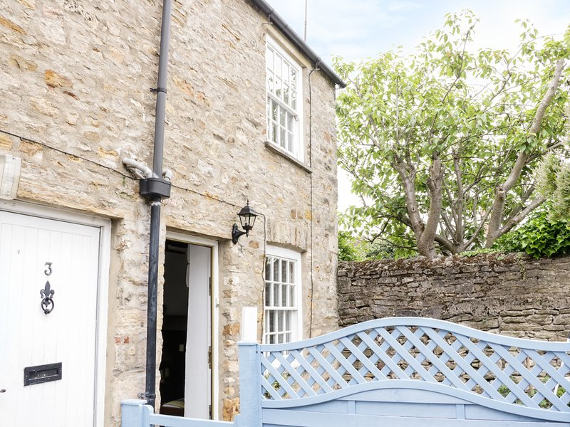 OLIVE COTTAGE, character, king-size bed, parking, castle views, in Richmond, holiday rental in Moulton