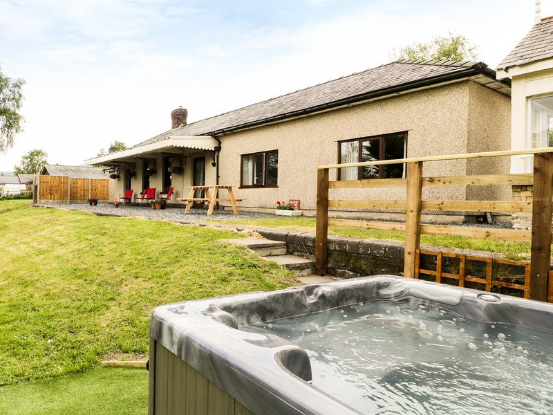 HEN STESION, hot tub, pet friendly, off road parking, quirky, Frongoch, Ref, vacation rental in Bala