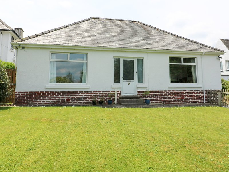 WHITE THORNS, large garden, WiFi, local attractions, in Haverfordwest,Ref, holiday rental in Portfieldgate