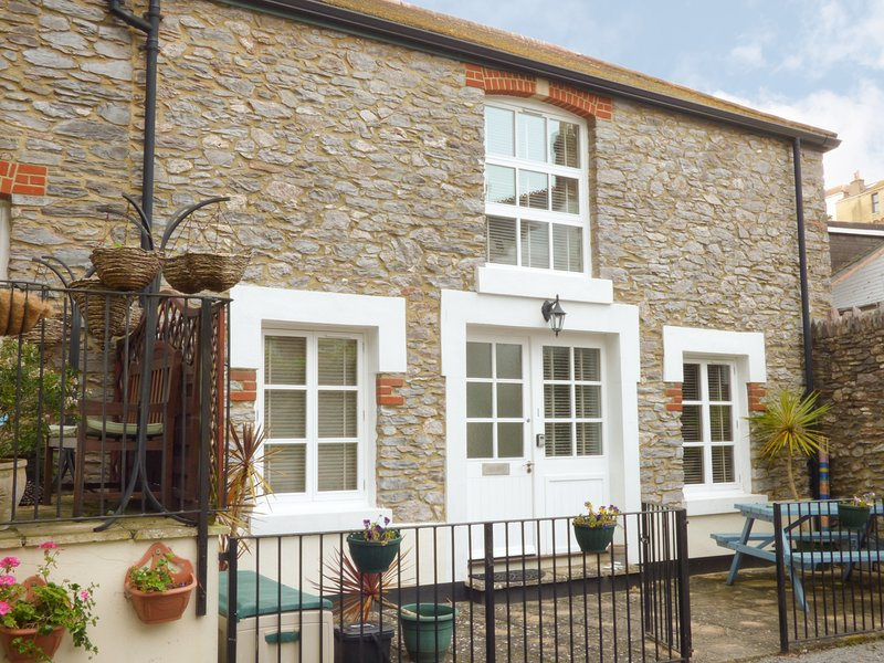 1 OLD MILL COURT, courtyard garden, easy access to amenities, in Brixham, Ref, casa vacanza a Churston Ferrers