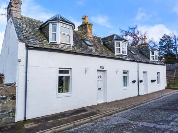 RIEMORE whitewashed cottage, very-well appointed, open fire, in National park, alquiler vacacional en Strathdon