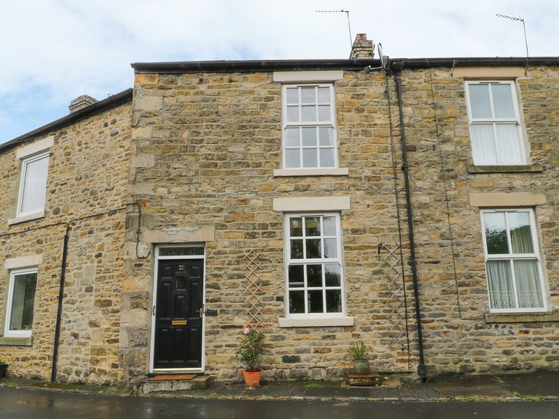 21 SILVER STREET, traditional stone fire place, centre of Wolsingham, decking, vacation rental in Wolsingham
