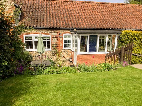PEBBLE COTTAGE, electric stove, open plan, Kelling, Ref 957216, vacation rental in Salthouse