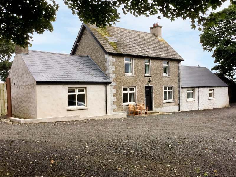 ROSIES COTTAGE, woodburning stove and open fire, high quality, near, holiday rental in Dervock