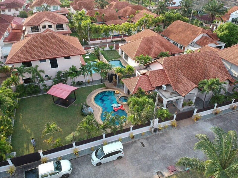 Pattaya Holiday Villa with huge garden private pool and jaccuzi