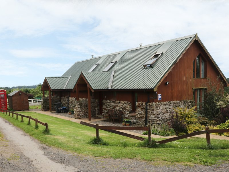 TARNSIDE 2, open plan accommodation, woodburning stove, countryside, near, holiday rental in Newtown